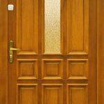 drewniane drzwi wejściowe z przeszkleniem