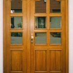 Doppeltür aus Holz mit Verglasung