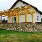 Dach an einem Holzgebäude
