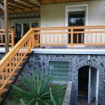 Holzbalustrade von Treppen und Terrasse