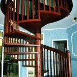 spiralförmige Holztreppe