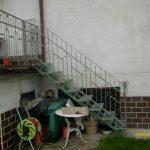 Treppen zu einer Metallterrasse