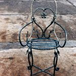 Metallstuhl dekoriert