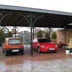 ein großer dekorierter Carport aus Metall für Autos - Parkplatz