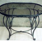 ein Tisch aus Metall