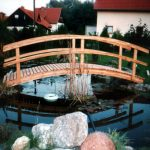 schöne Brücke über den Teich