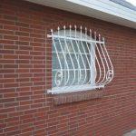 dekorativer Kühlergrill am Fenster