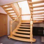 doppelseitige Holztreppe